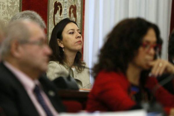 La portavoz de Cs, Yaneth Giraldo, tras la bancada del PP en un pleno. A la derecha está la concejal de Informática, María Dolores Padilla (PP).