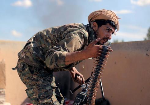 Un soldado kurdo, con un peine de balas en la ofensiva contra en IS.