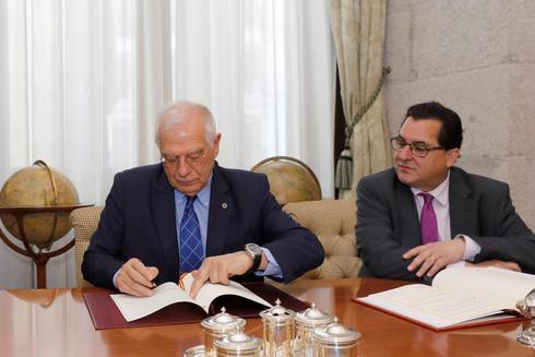 El ministro Josep Borrell, junto al secretario de Estado para la Unión Europea, Luis Marco Aguiriano, durante la firma del acuerdo fiscal con Reino Unido