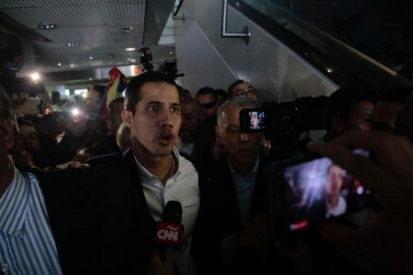 Juan Guaidó a su llegada al aeropuerto.