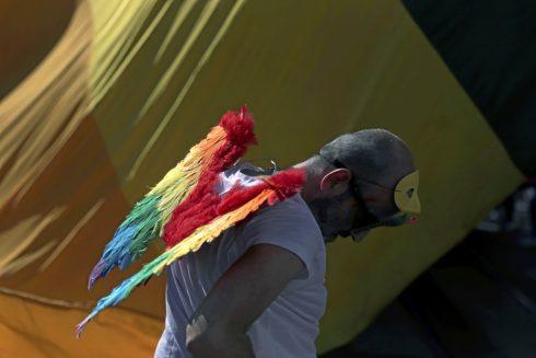 Un hombre participa en las marchas del Orgullo Gay en Lisboa, en junio.