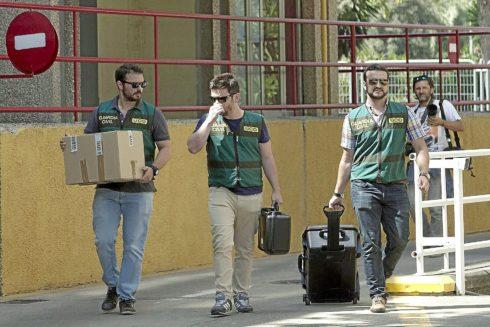 La UCO de la Guardia Civil sale con documentación del registro de una sede de UGT en Sevilla el 7 de julio de 2015.