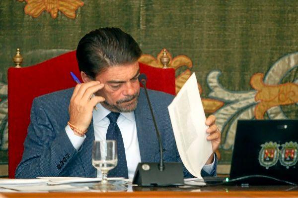El alcalde de Alicante, Luis Barcala, en un pleno municipal.