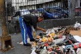 Un hombre busca comida en la basura de Caracas.