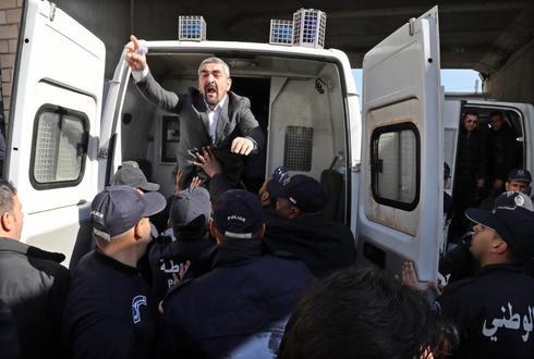 Policías detienen a periodistas durante una protesta en Argel.