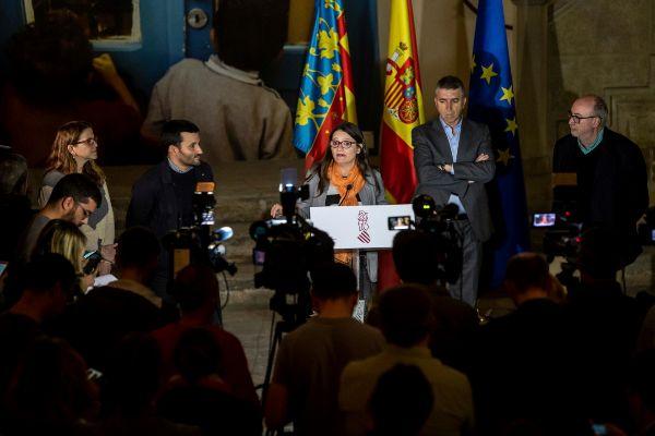 La vicepresidenta Oltra, rodeada de los cinco consellers de Compromís.