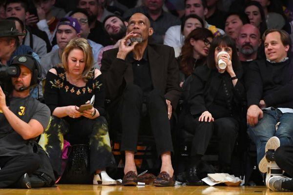 Abdul-Jabbar, durante un partido entre los Lakers y los Pelicans.
