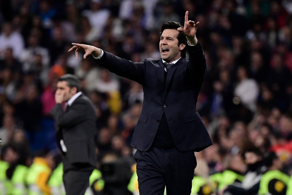 Santiago Solari da indicaciones a los jugadores del Real Madrid en el último clásico liguero.