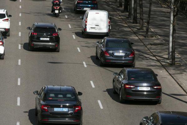 Varias VTC con distintivo de Madrid circulan por la capital.