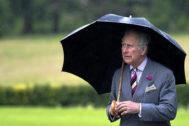 El príncipe Carlos se protege de la lluvia en Killarney (Irlanda).