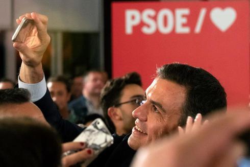 El presidente del Gobierno, Pedro Sánchez, se fotografía con simpatizantes en Granada, ayer, en un acto de precampaña.