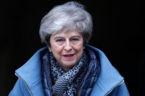La primea ministra británica abandona la catedral de Salisbury.