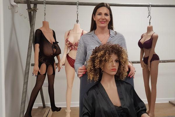 La creadora con los juguetes eróticos que ella misma fabrica en su taller.
