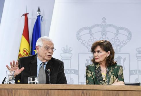El ministro de Exteriores, Josep Borrell, en rueda de prensa, junto a la vicepresidenta, Carmen Calvo.