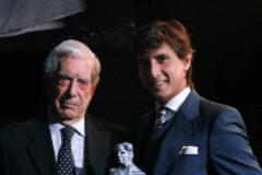 Mario Vargas Llosa corona a  Roca Rey con el X Paquiro