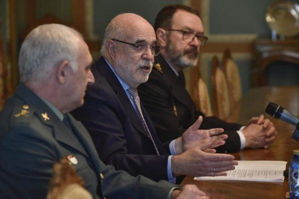 El delegado del Gobierno, en el centro, junto a los responsables de la Guardia Civil y de la Policía Nacional.