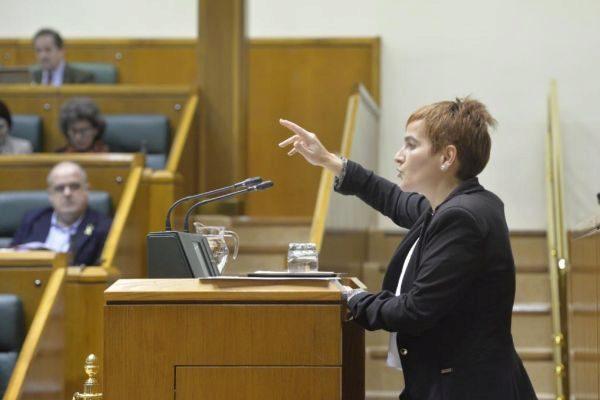 Rebeka Ubera en la tribuna del Parlamento Vasco.