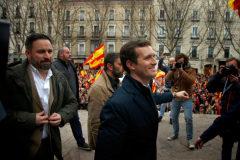 El líder de Vox, Santiago Abascal, tras el presidente del PP, Pablo Casado, en la manifestación de Colón (Madrid), contra Sánchez.