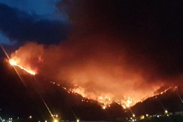 Imagen desde Muskiz del incendio forestal.