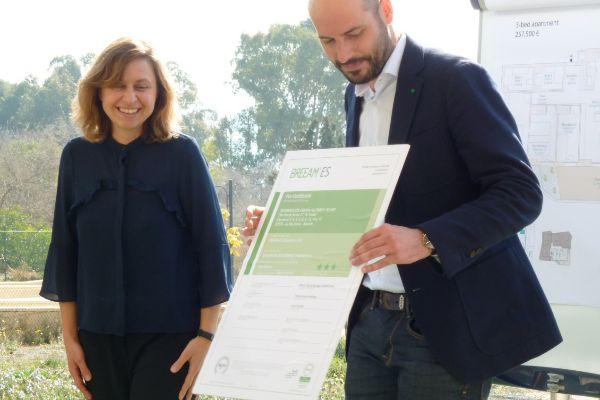 Jesús Gallego recibe el certificado Breeam de manos de María Paz Sangiao por el residencial Allonbay