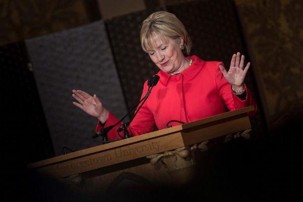 Hillary Clinton recibe un premio en Washington.