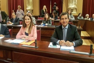 Marga Prohens y Biel Company, en el Parlament.