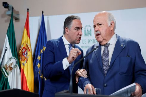 El portavoz del Gobierno, Elías Bendodo, y el consejero de Salud, Jesús Aguirre.