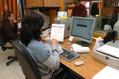 Varias mujeres trabajan en una oficina.