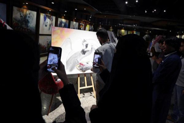Varias mujeres saudíes toman fotografías con sus móviles.
