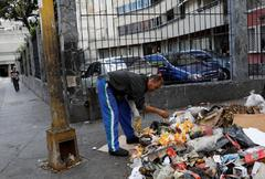 A man search for <HIT>food</HIT> in <HIT>Caracas</HIT>