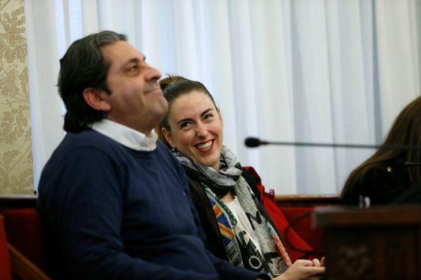 Nerea Belmonte, ex de Guanyar, observa a Fernando Sepulcre, ex de Ciudadanos, en el pleno municipal del pasado mes de diciembre.