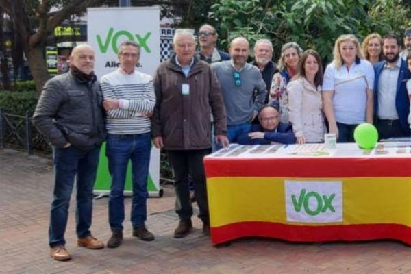 A la izquierda, Michel Ortuño en un reciente acto de Vox en Alicante.