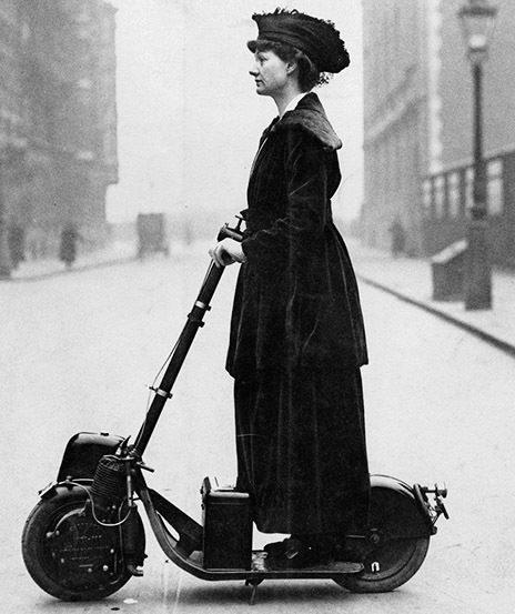 La sufragista británica Florence Norman con su monopatín motorizado.