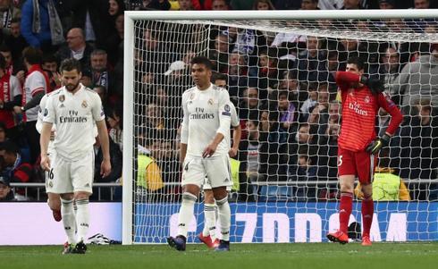 Nacho, Casemiro y Courtois se lamentan tras un gol del Ajax.