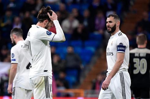 Bale y Benzema se lamentan tras un gol del Ajax.