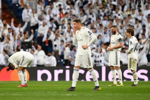 Varios jugadores del Madrid tras un gol del Ajax.