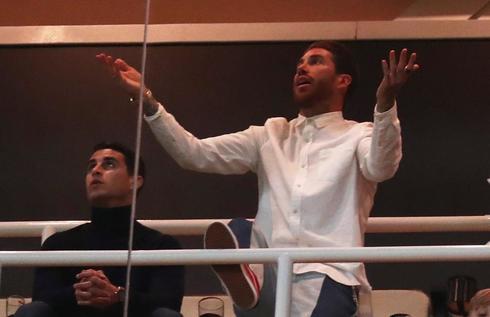 Sergio Ramos, en el palco de jugadores, durante el partido.