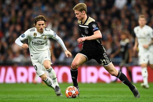De Jong, ante Luka Modric durante el partido.
