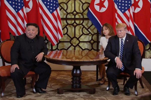 VNM30. HANÓI (VIETNAM).- El líder norcoreano, Kim Jong-un (i), y el presidente estadounidense, Donald Trump (d), durante el inicio de la segunda reunión en la cumbre de Estados Unidos y <HIT>Corea</HIT> del Norte este jueves en el hotel Sofitel Legend Metropole en Hanói (Vietnam). La segunda reunión del Presidente de los Estados Unidos y el líder de <HIT>Corea</HIT> del Norte, que se extiende del 27 al 28 de febrero de 2019, se enfoca en avanzar en los pasos hacia el logro de la paz y la completa desnuclearización de la península de <HIT>Corea</HIT>. HOST BROADCAST / POOL
