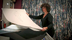 La artista Concha Ros muestra una de sus obras en su estudio.