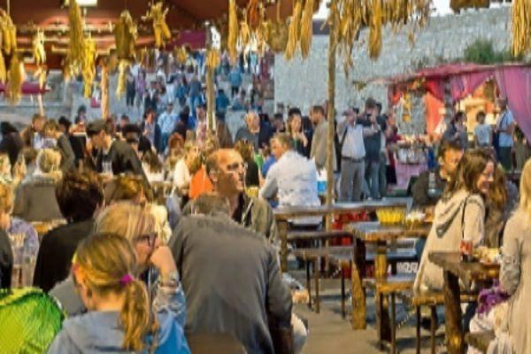 Mesas de comida en la Feria Medieval.