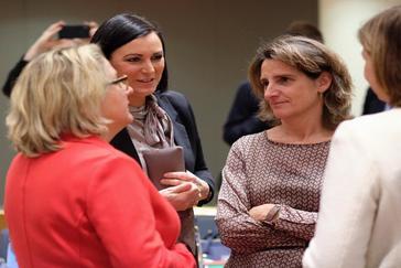 La ministra de Transición Ecológica, Teresa Ribera, conversa con otros ministros europeos ayer en Bruselas.