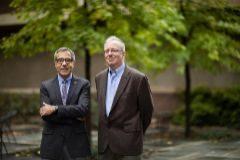 Los físicos Charles Kane y Eugene Mele, en el campus de su universidad.