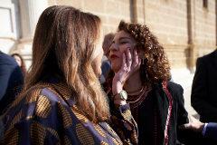Susana Díaz hace un gesto cariñoso a la ministra María Jesús Montero el Día de Andalucía.