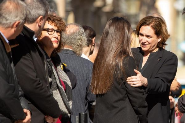 GRAFCAT5137. BARCELONA.- La alcaldesa Ada <HIT>Colau</HIT> se abraza a Mireia Marinez, hermana mayor de una de las víctimas del atentado terrorista cometido en La Rambla de Barcelona, durante el acto descubrimiento esta mañana de un memorial incrustado en el pavimento de la Ramblas en recuerdo de todas las víctimas.-