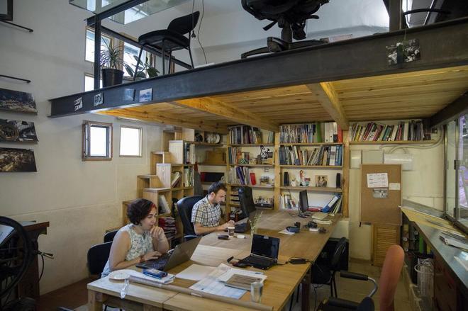 Dos profesionales trabajan en un espacio de 'coworking' en Madrid.