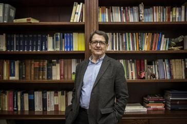 Manuel de la Rocha en su despacho de abogado.