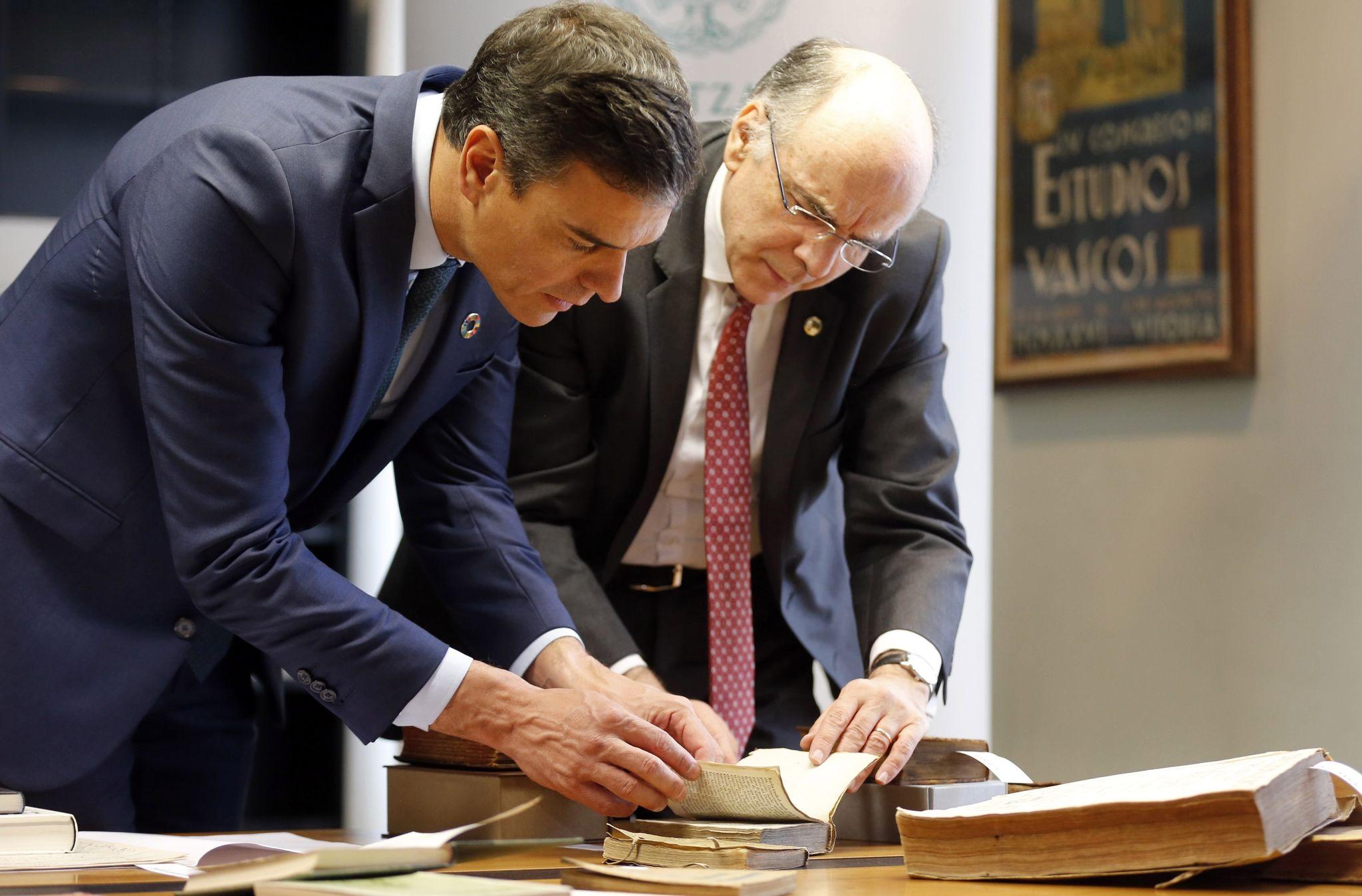 Pedro Sánchez junto al presidente de Euskaltzaindia, Andrés Urrutia.