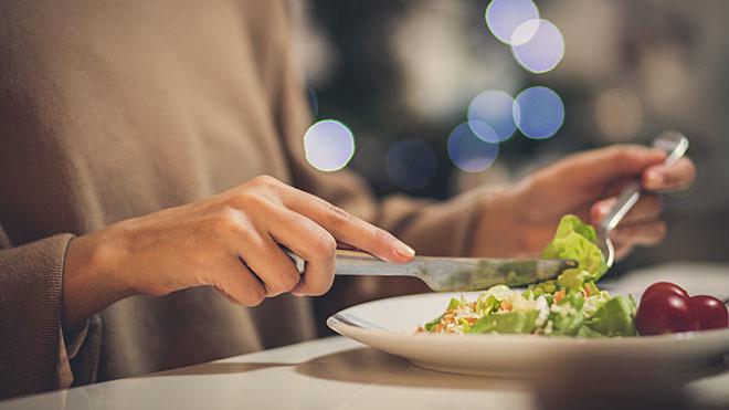 Cenar temprano puede ayudar a prevenir cáncer de mama y de próstata.