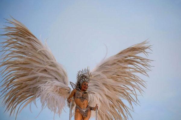 Una participante de la carroza de la escuela de samba  Padre Miguel participa en los carnavales de Río.